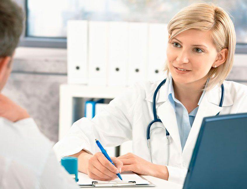 Médico general realizando una atención integral en la consulta de Medicina General