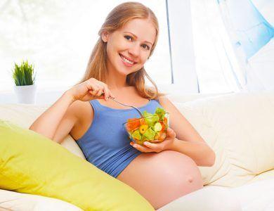 mujer con alimentos saludables cuidando su peso en el embarazo