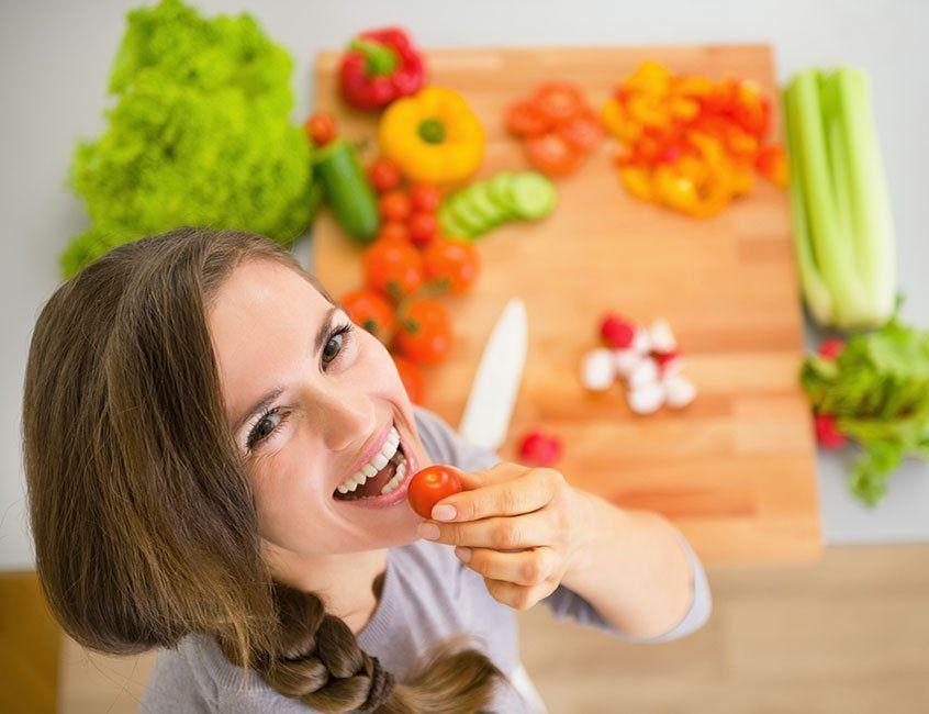 Retrato de mujer feliz con su dieta vegetariana