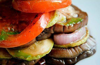torre de vegetales, berenjena, cebolla, zapallo italiano, tomate
