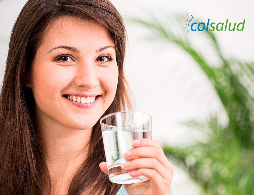 Imagen de joven tomando agua y preguntándose cuánta agua debo tomar por día