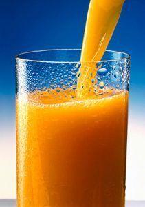 sirviendo provocativo jugo de fruta