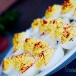 plato servido con huevos rellenos a la diabla