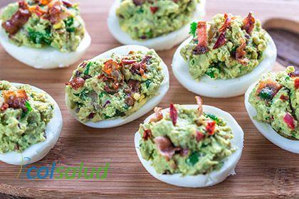 Huevos rellenos con guacamole y tocineta