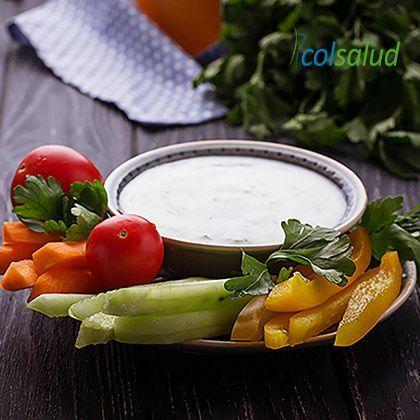 Salsa de yogurt natural tzatziki con bastones de verdura