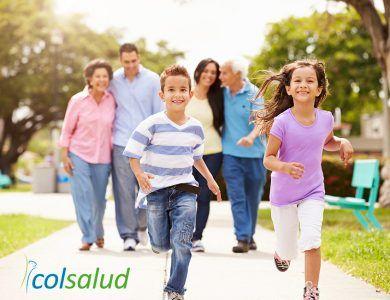 Familia feliz haciendo actividad física
