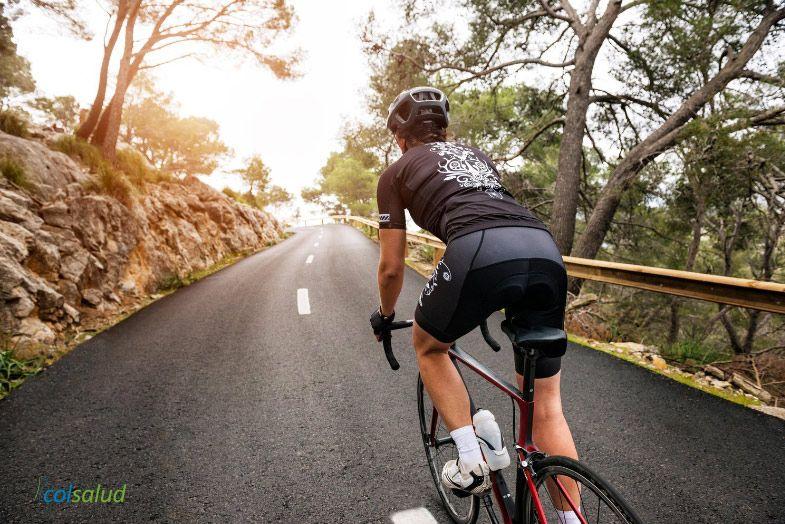 ejercicios para bajar de peso - Hombre montando en bicicleta