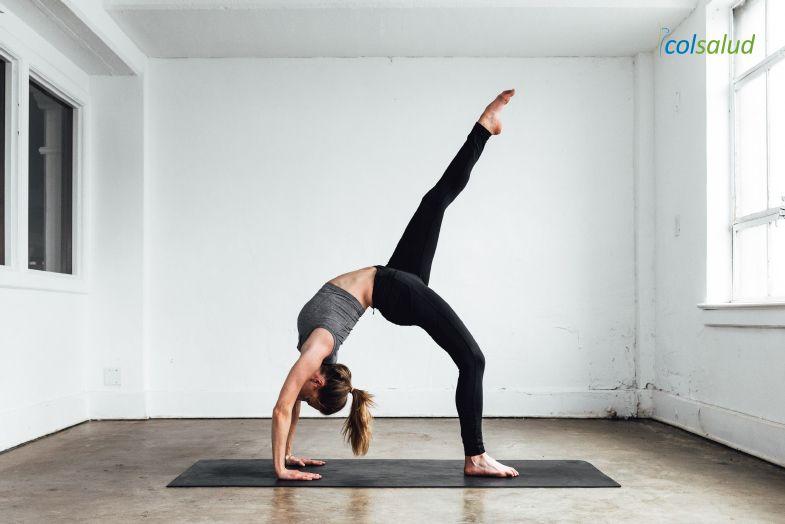 ejercicios para bajar de peso - Mujer practicando yoga